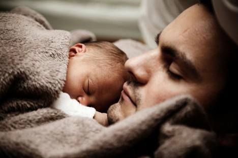 Liebe und Geborgenheit sind für Babys am wichtigsten. Foto: CC-0 via http://pixabay.com/en/baby-child-cute-dad-daddy-family-22194/