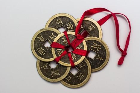 Glücksmünzen für die Reichtumsecke. Wen machen sie reich? Foto: CC-0, Public Domain via http://pixabay.com/en/chinese-coins-coins-chinese-money-167824/