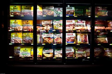 Viele Menschen können nicht mehr richtig kochen. Die Regale mit Tiefkühlpizza in Supermärkten werden immer länger.