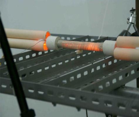 Glühender E-Cat während des Testlaufs. Im Inneren des Reaktors werden weit über 1.000° C erreicht