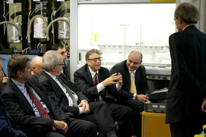 Bill Gates lässt sich von Vittorio Violante über den aktuellen Stand der LENR-Forschung aufklären