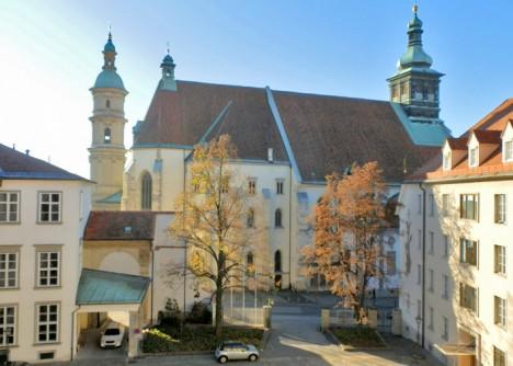 Doppelwendeltreppe in Graz, Blick vom obersten Fenster auf Dom und Mausoleum, Foto (C) Irmgard Brottrager