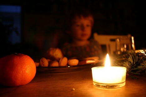 Kerzen gehören zur Weihnachtszeit einfach dazu. Doch wie sieht es eigentlich mit der Umweltverträglichkeit von Kerzen aus?