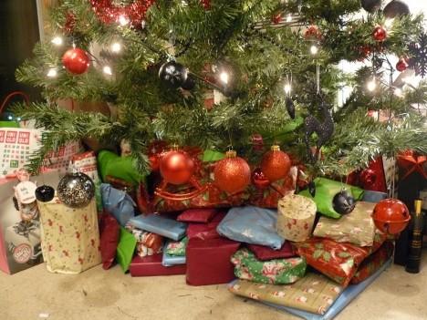 An Üppigkeit kaum zu überbieten: Geschenke unter einem deutschen Weihnachtsbaum an Heilig Abend
