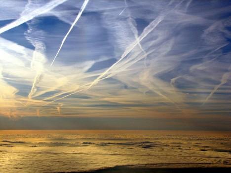 Mit Chemtrails verunreinigter Himmel, Foto (C) Anna / flickr