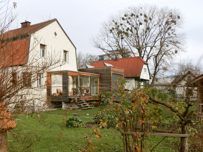verwitternde Holzfassade an einem Zubau, Foto (C) Irmgard Brottrager