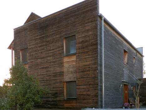 Holzfassade mit feiner Lattenstruktur, Foto (C) Irmgard Brottrager