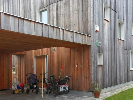 Holzfassade mit überdachtem Bereich, Foto (C) Irmgard Brottrager