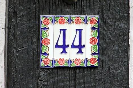 Die Hausnummer 44 sollte nach der chinesischen Numerologie kein Glück bringen. Und in in der Realität? Foto: CC-0 Public Domain via http://pixabay.com/en/house-number-number-pay-digits-44-193789/