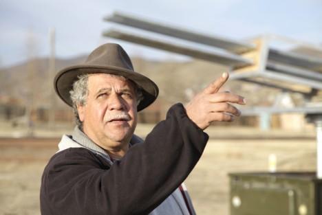 Madjid Abdellaziz vor einer seiner Anlagen zur Regenerzeugung