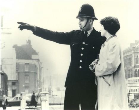 Polizist als Orientierungshilfe in den Sechzigerjahren: Verlieren wir heute durch moderne Navigationsgeräte zunehmend den Bezug zu unserer Umgebung?