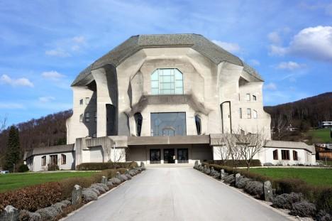 Vorderansicht des Goetheanums im schweizerischen Dornach