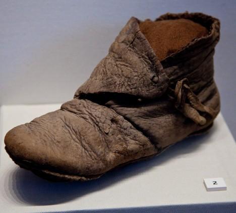Historischer Schuh in einer Vitrine des British Museum