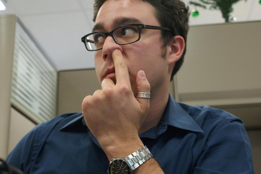 Besser nicht: Nasebohren im Büro