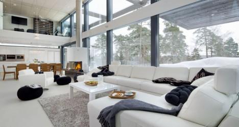 Zentrale Wohnküche mit offenem Kamin und Galerie-Ebene, Foto © POLARLIFEHAUS