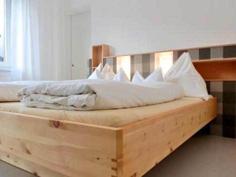 Bett aus Zirbenholz, Foto (C) Irmgard Brottrager