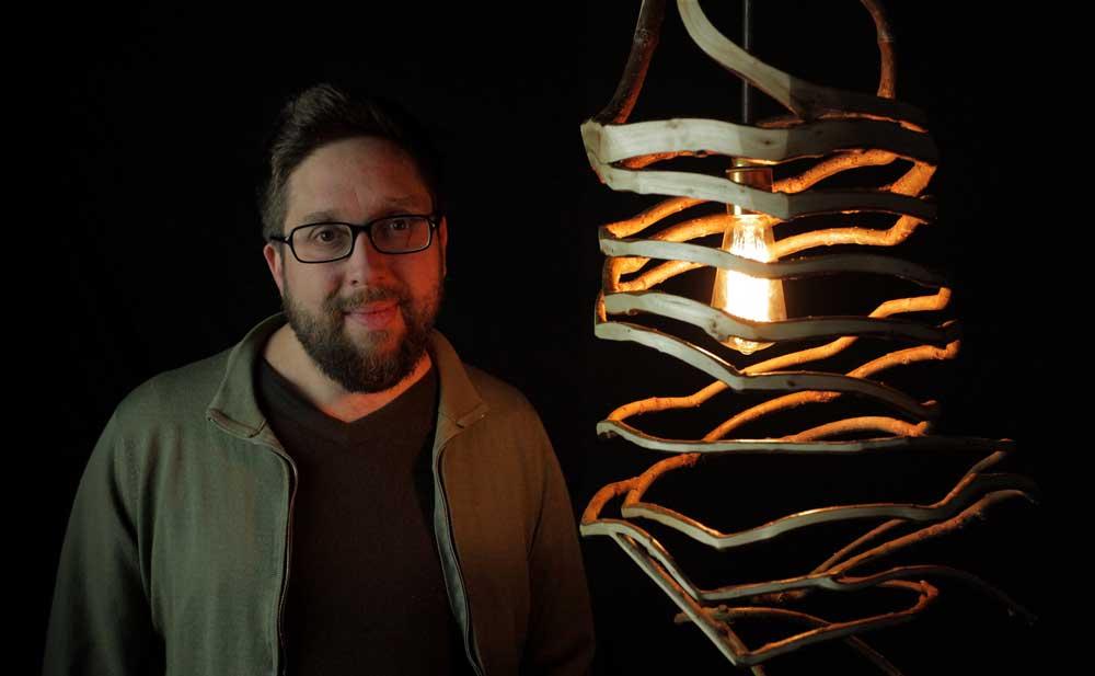 Gavin Munro mit einem gewachsenen Lampenschirm aus seiner Kollektion