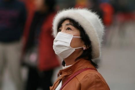 Saubere Luft und weniger Nebel... diese Aussage trifft derzeit nicht für Chinas Metropolen zu. Viele Menschen tragen einen Atemschutz gegen dichten Smog in der Luft