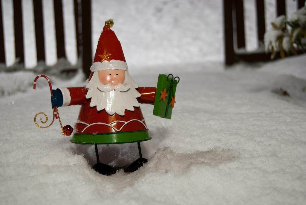 Weihnachtsmännchen mit Geschenk: Es kommt auf die Geste an