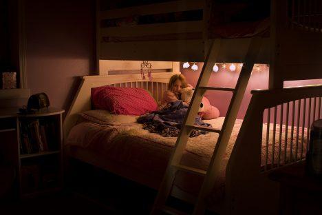 Auch Kinder kommen abends schneller zur Ruhe, wenn es im Zimmer nicht mehr so hell ist