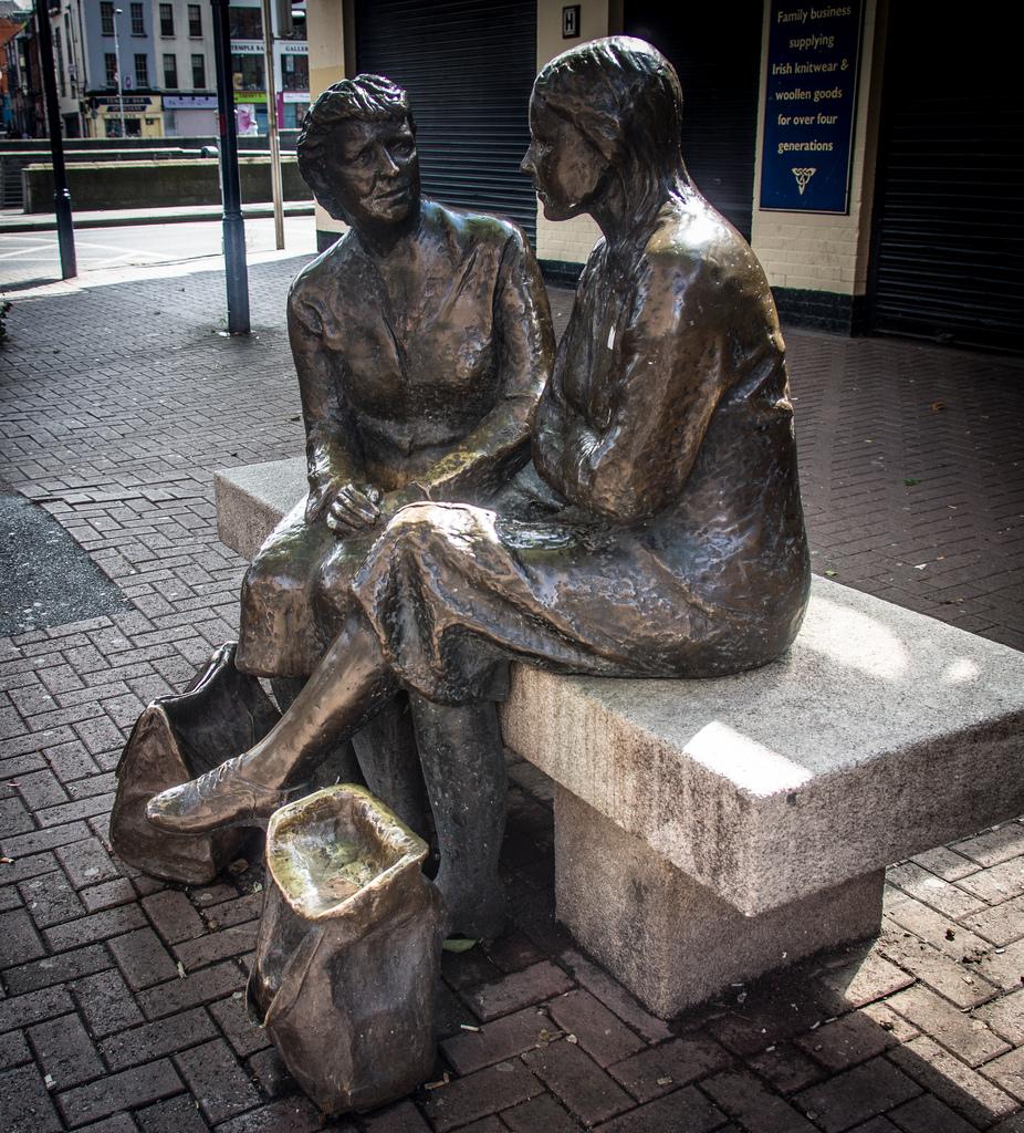 """Zeit zum Zuhören: """"Hags with the bags"""" Statuen in Dublin, Irland"""