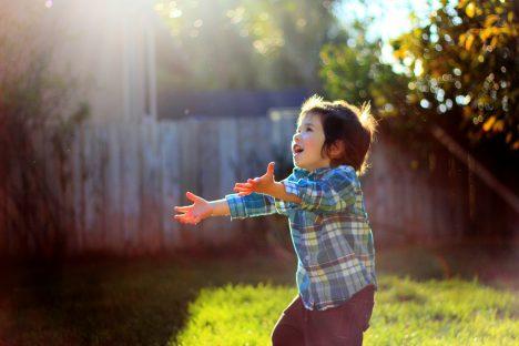 Ein Junge fängt Sonnenstrahlen: Licht ist Leben und kann heilen