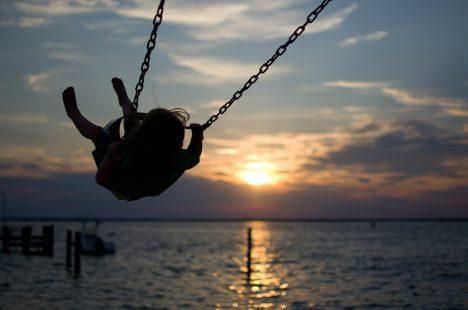 Schaukeln in der Abendsonne: Erinnerungen an unbeschwerte Tage in der Kindheit