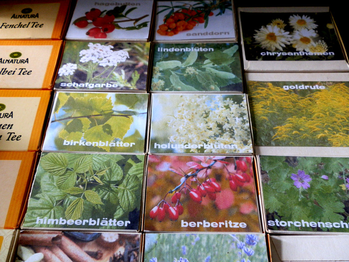 Neuer Tee in alten Schachteln, Foto (C) Irmgard Brottrager
