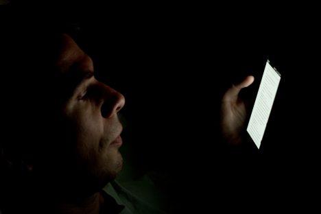Mit dem Smartphone im Bett: Häufiger Grund für zu wenig Schlaf in heutiger Zeit