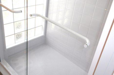 Eine Dusche mit Glastür verbessert das Raumgefühl