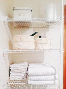 Ordnung und gute Organisation sind auch ein wichtiger Aspekt, um Badezimmer größer wirken zu lassen