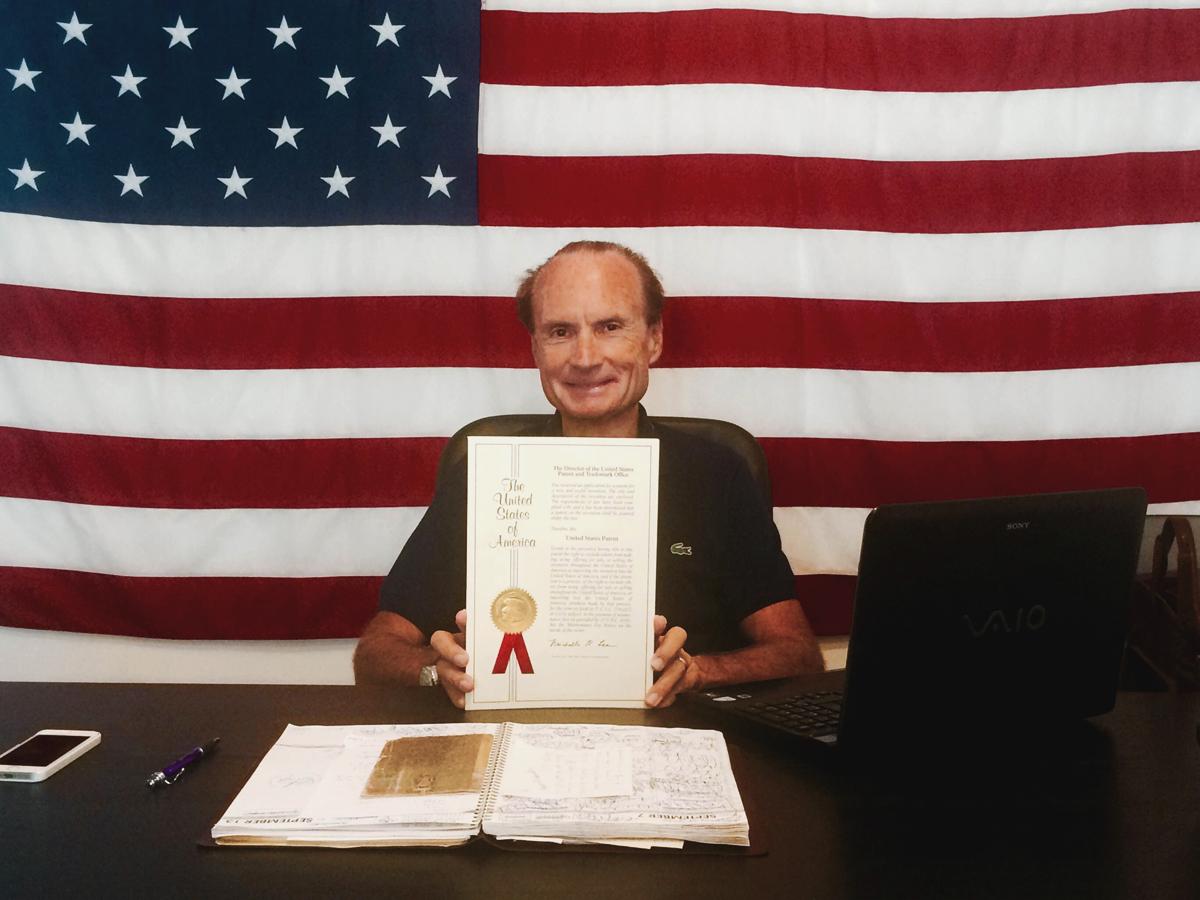 Andrea Rossi mit seinem US-Patent im September 2015