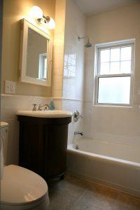 Ein dezenter Spiegelschrank bietet weitere Unterbringungsmöglichkeiten für kleinere Badutensilien