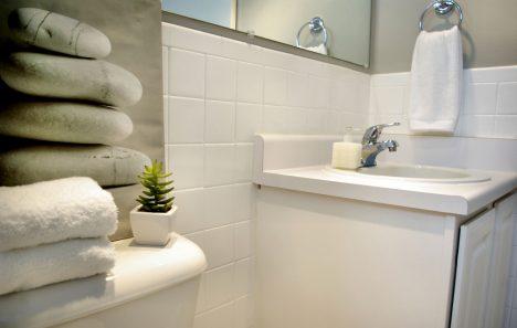 Ein Waschtisch schafft zusätzlichen Stauraum für Handtüscher und Kosmetikprodukte