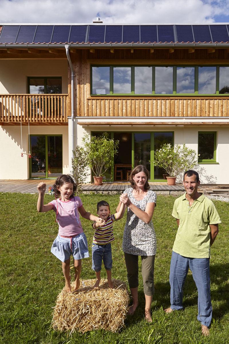 Seit dem Sommer 2015 lebt Familie Louchet in ihrem weitgehend solar beheizten Strohballenhaus. Im ersten Winter verbrauchten sie nur einen Raummeter Holz zum Nachheizen.
