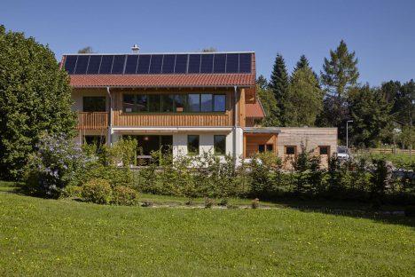 Mit 30 Quadratmetern Solarkollektoren kann die Familie über 60 Prozent ihres Wärmebedarfs solar decken. Mit einem Winkel von 60 Grad sind sie für die Wintersonne optimiert.