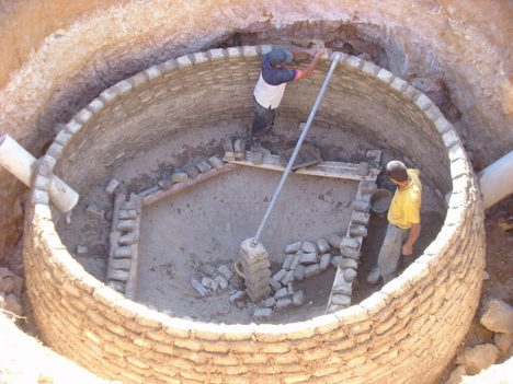 Bau eines unterirdichen Bio-Meilers, Foto (C) SuSanA Secretariat / flickr