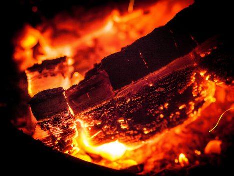 Bei Holzheizungen sollte man möglichst von oben nach unten heizen und nicht umgekehrt, um eine Abkühlung der Rauchgase zu verhindern. Foto (C) Jan Beck / flickr