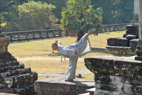Kung-Fu übende Nonne im Tempel Angkor Vat, Foto (C) Jean-Pierre Dalbéra / flickr