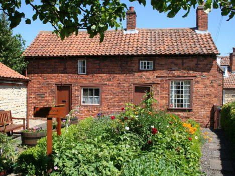 Altes Backstein-Cottage mit Garten, Foto (C) Jon Bennett / flickr
