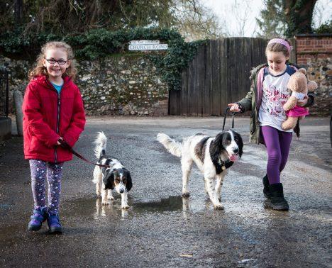 Hundesitting ist eine typische Nachbar-Hilfeleistung. Foto (C) Barney Moss-flickr