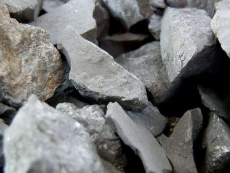 Gewöhnlicher Schungit-Splitt wird für die Trinkwasser-Belebung verwendet. Foto (C) Irmgard Brottrager