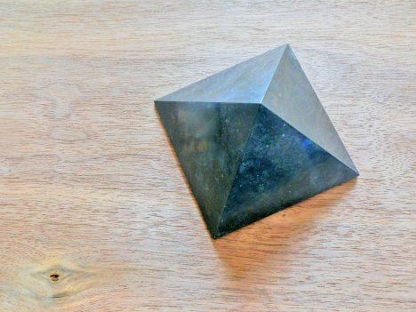 Schungit-Pyramidn werden als Schutz gegen E-Smog und andere schädliche Strahlungen aufgestellt. Foto (C) Irmgard Brottrager