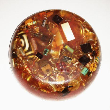 Orgoniten bestehen aus Metall-Teilchen, die in Kunstharz gegossen werden. Foto (C) Miran Rijavec / flickr