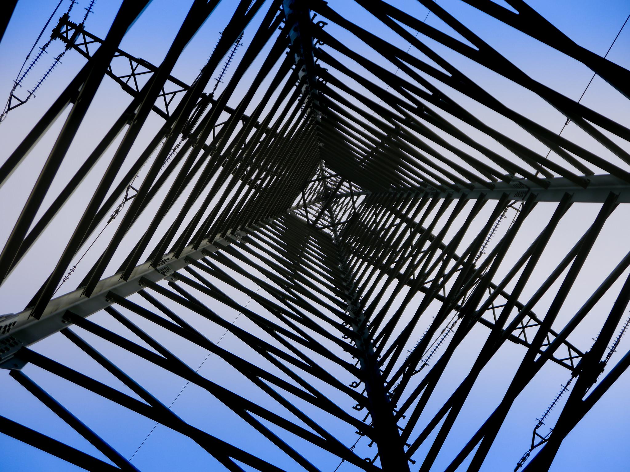 Hochspannungsmasten sind weithin sichtbare Bauwerke unseres leitungsgebundenen Sromnetzes. Foto (C) Angle Trenz / flickr