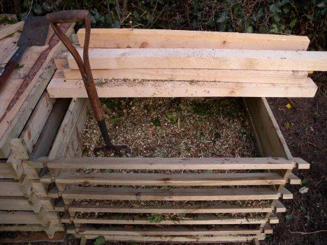 Kleine Garten-Kompost-Anlage aus Holzlatten mit Abdeckung, Foto (C) andy carter / flickr