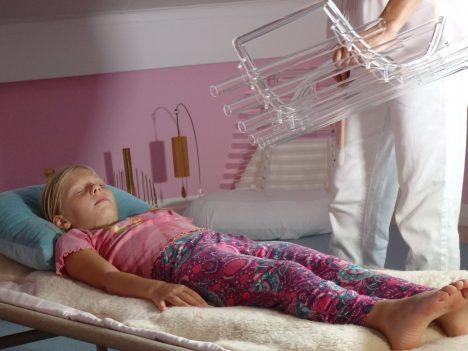 Martina Maria Stocker ist spezialisiert auf die Arbeit mit Kindern und Frauen, vor allem vor, während und nach der Geburt. Sie verwendet verschiedene Kristall-Instrumente, Steine und Klangschalen. Foto (C) http://www.empfaengnis-schwangerschaft-geburt.de