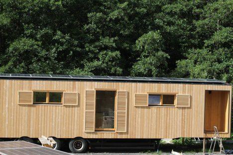 Mobiles Tiny-House mit Holzfassade, Solarkollektoren und Plattform-Trailer. Foto und Info: http://www.mex.co.at