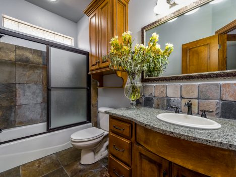 Badezimmer mit Holzmöbeln, Foto (C) Bill Wilson / flickr