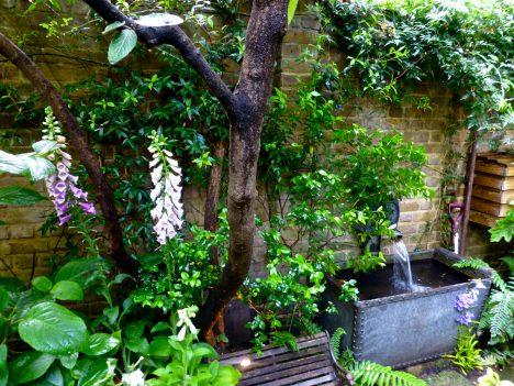 Behälter, Brunnen, Mauern, Bänke, Skulpturen und Steine wirken wie Accessoires. Foto (C) Herry Lawford / flickr